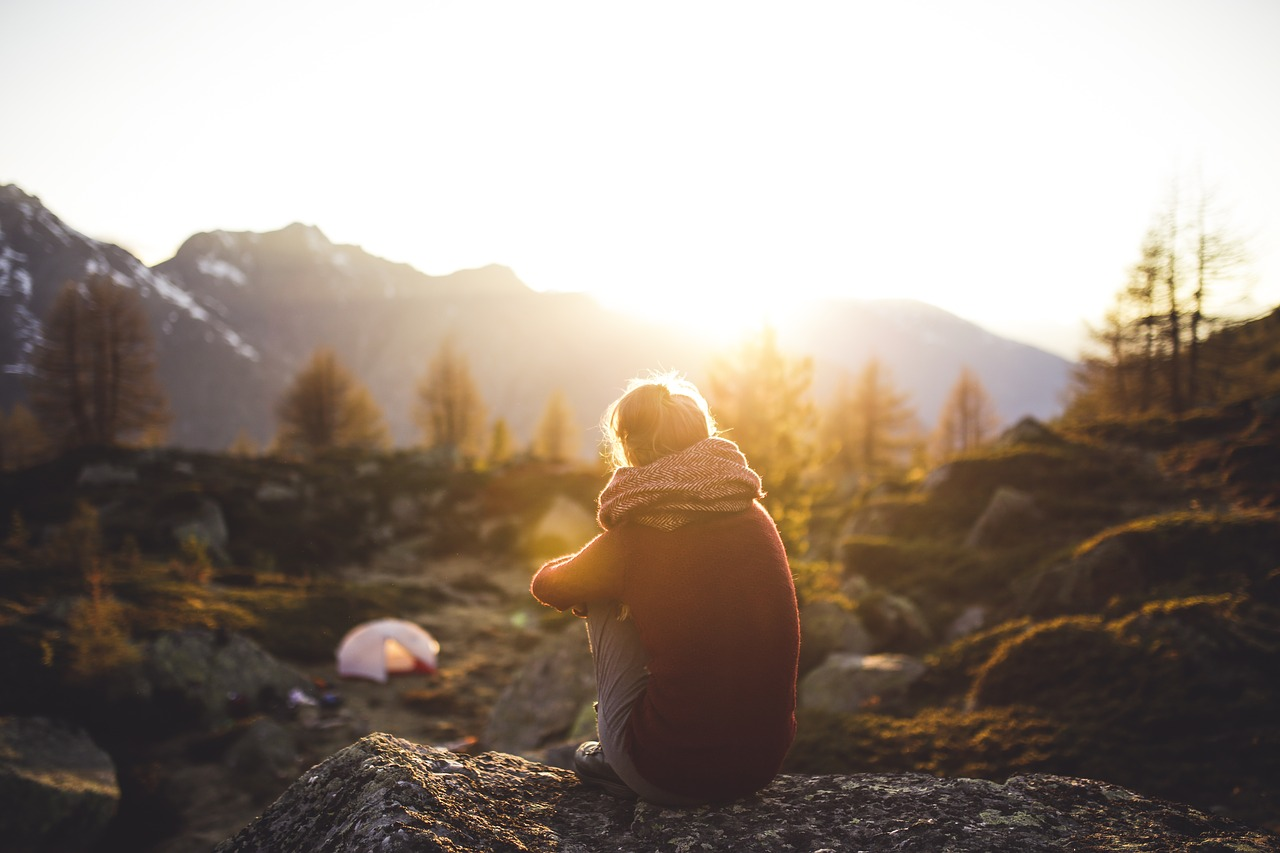 Campingidylle am frühen Morgen in der freien Natur