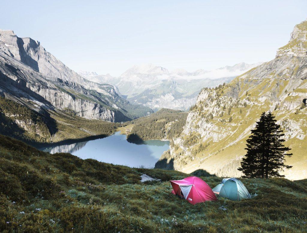 Freies Camping mit dem Zelt vor beeindruckender See- und Bergkulisse