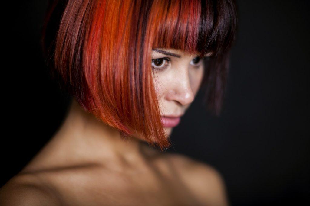 Toller Haarschnitt, Pagenkopf Rot-Schwarz