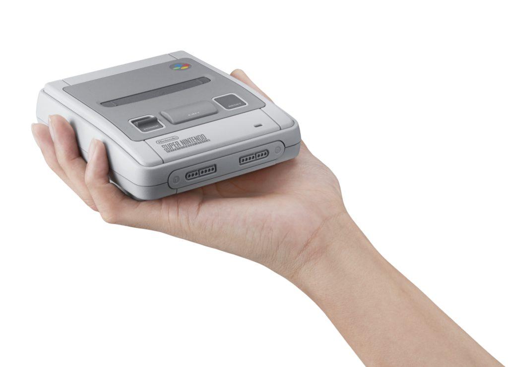 Eine Hand hält einen SNES-Classic Mini