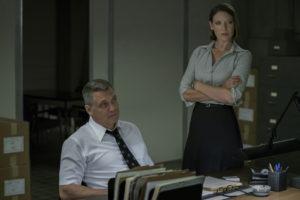 Holt McCallany und Anna Torv im Büro