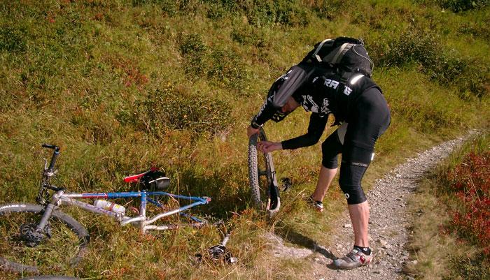 Reifenschaden auf einer Mountainbike-Abfahrt | Hundsteintour 2016