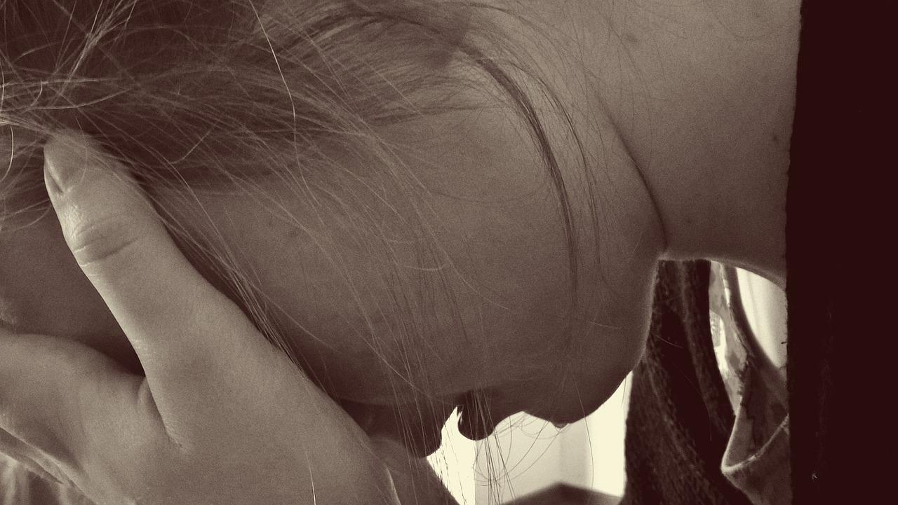 Trauer verläuft nicht nach einem festen Schema. Die vier Trauerphasen bieten Begleitern eine Orientierung.