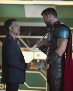 Chris Hemsworth (rechts) als Thor und Mark Ruffalo (links) als Dr. Bruce Banner