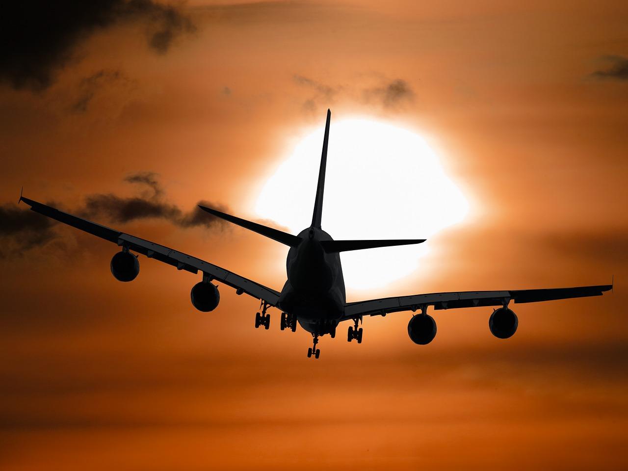 Flugzeug fliegt im Abendrot zum Reiseziel