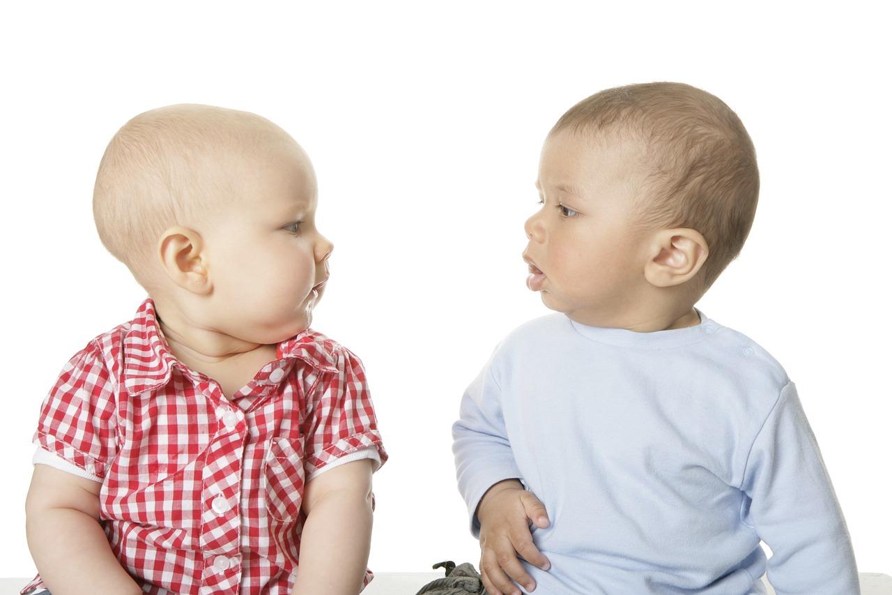 Der Kontakt zu Gleichaltrigen ist schon für Babys wichtig – und kostet kein Geld!