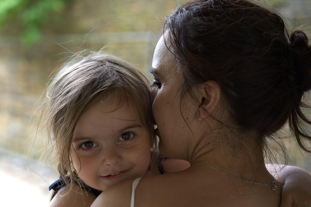 Ein Kleinkind zu stillen stößt in der Öffentlichkeit häufig auf Kritik oder fragende Blicke.