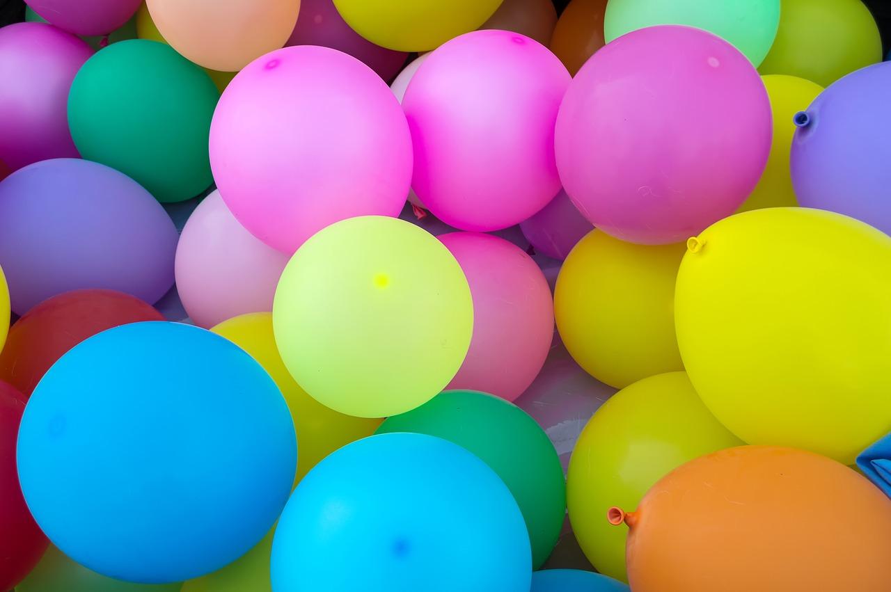 Für den Luftballontanz braucht es nicht viel: Luftballons und Musik.