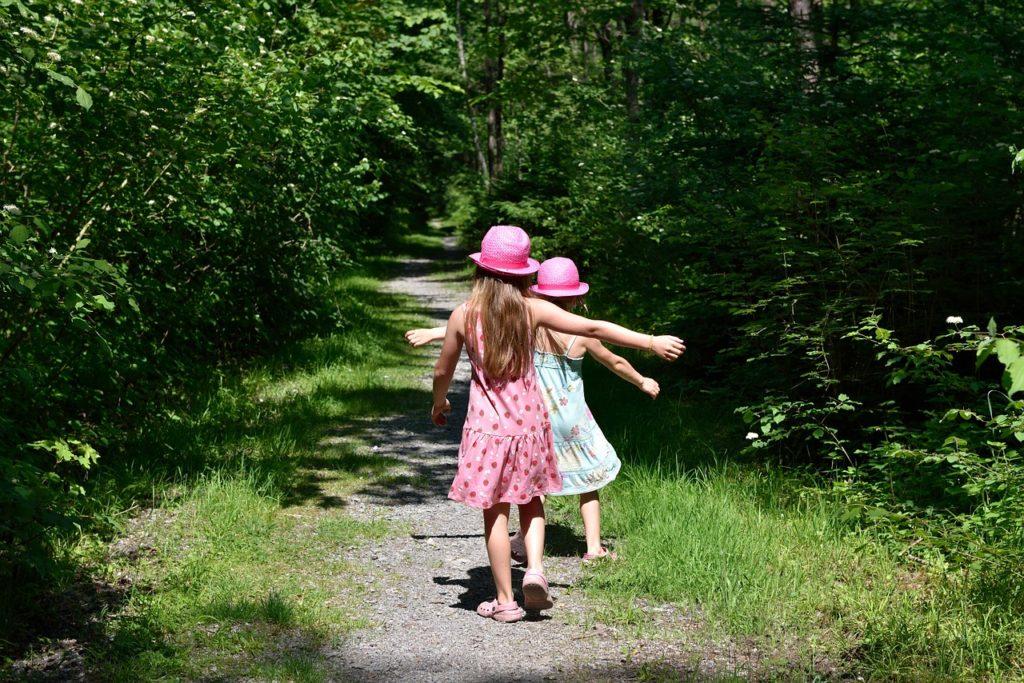 Kinder beim Waldspaziergang im warmen Frühjahr