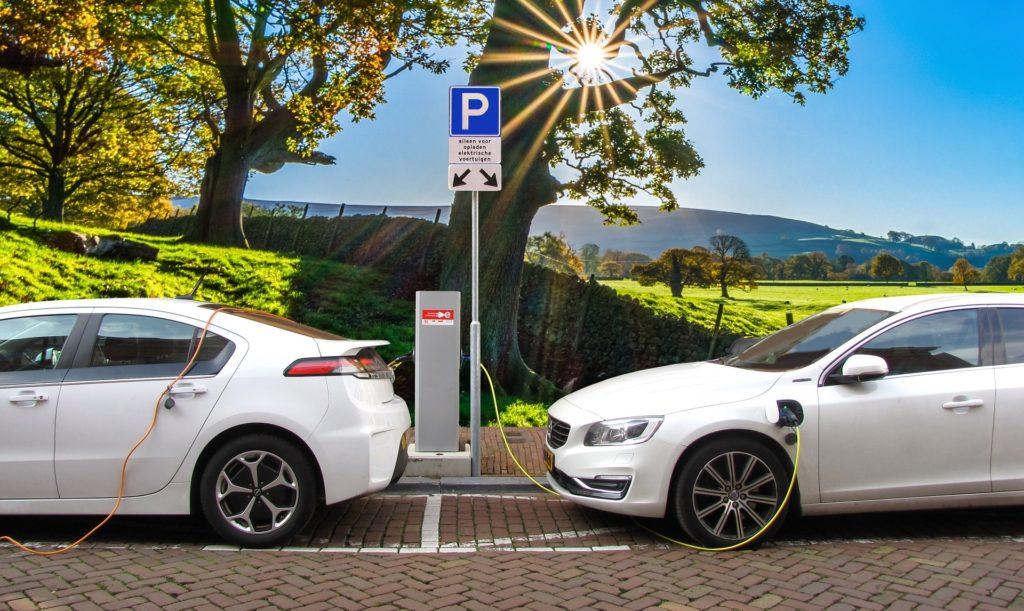 Elektroautos an öffentlicher Ladestation
