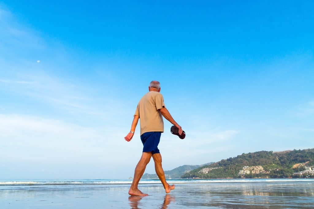 Senior fit am Strand