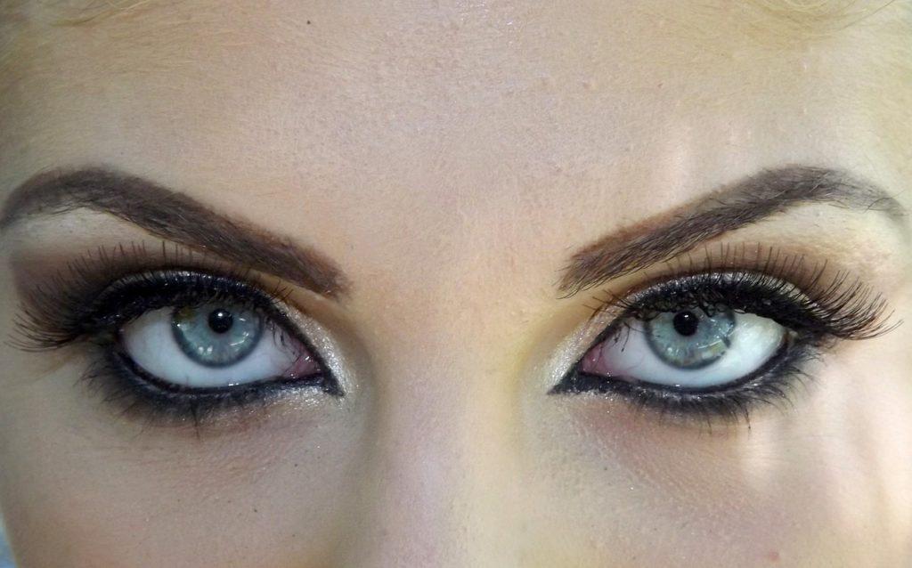 Ausdrucksstarke Augen durch eine Wimpernverlängerung oder Wimpernverdichtung