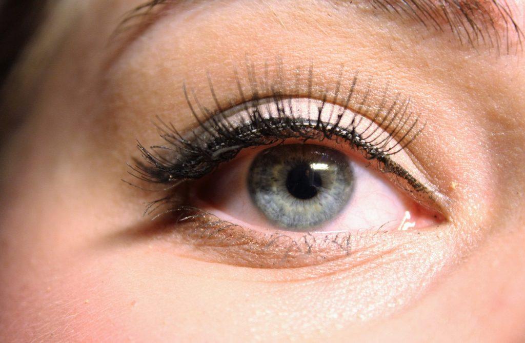 Ein Wimpernlifting streckt die eigenen Wimpern und lässt sie länger wirken.