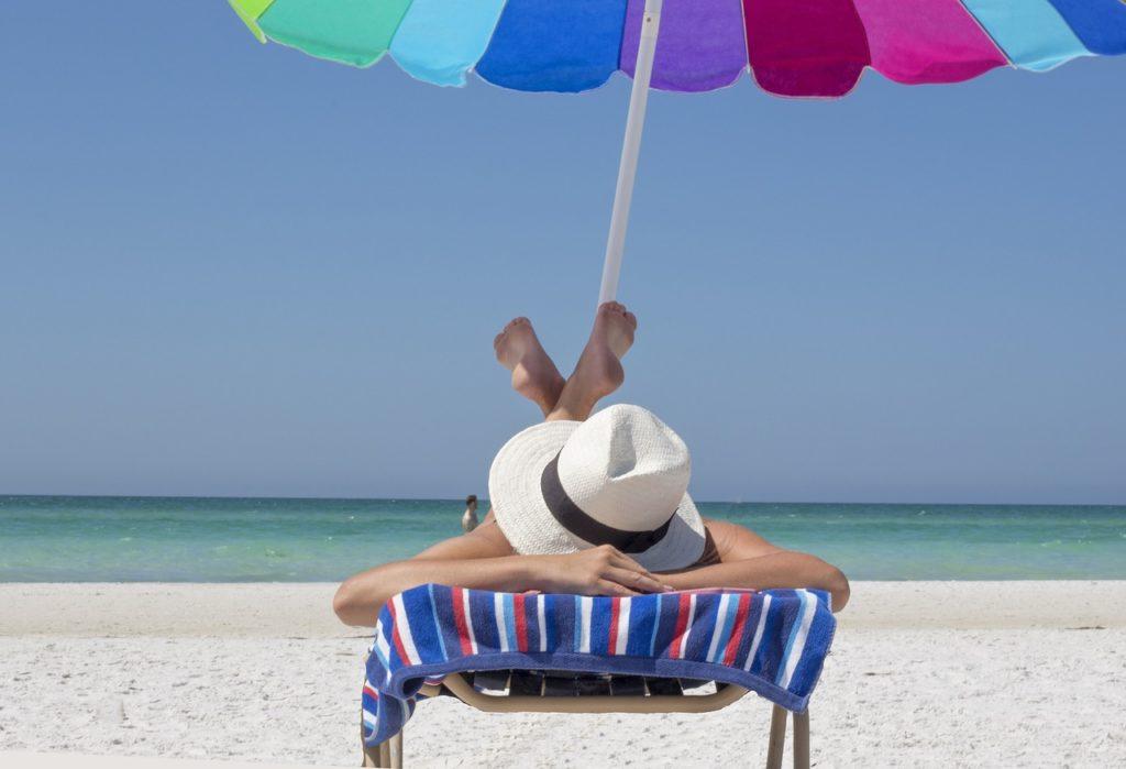 Gesund braun werden - das gelingt nur mit Sonnencreme, Sonnenhut und Sonnenschirm