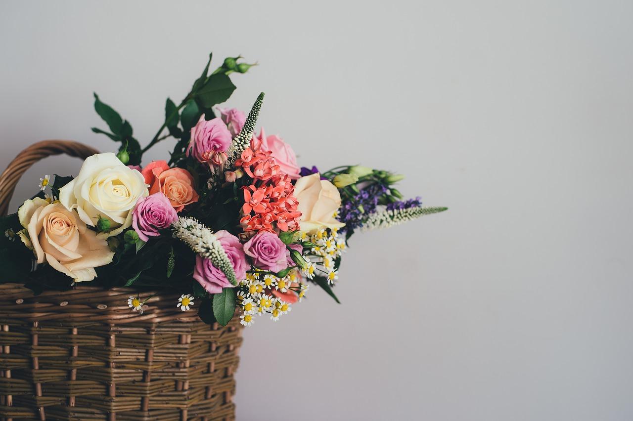 Blumenstrauß im Korb bunt