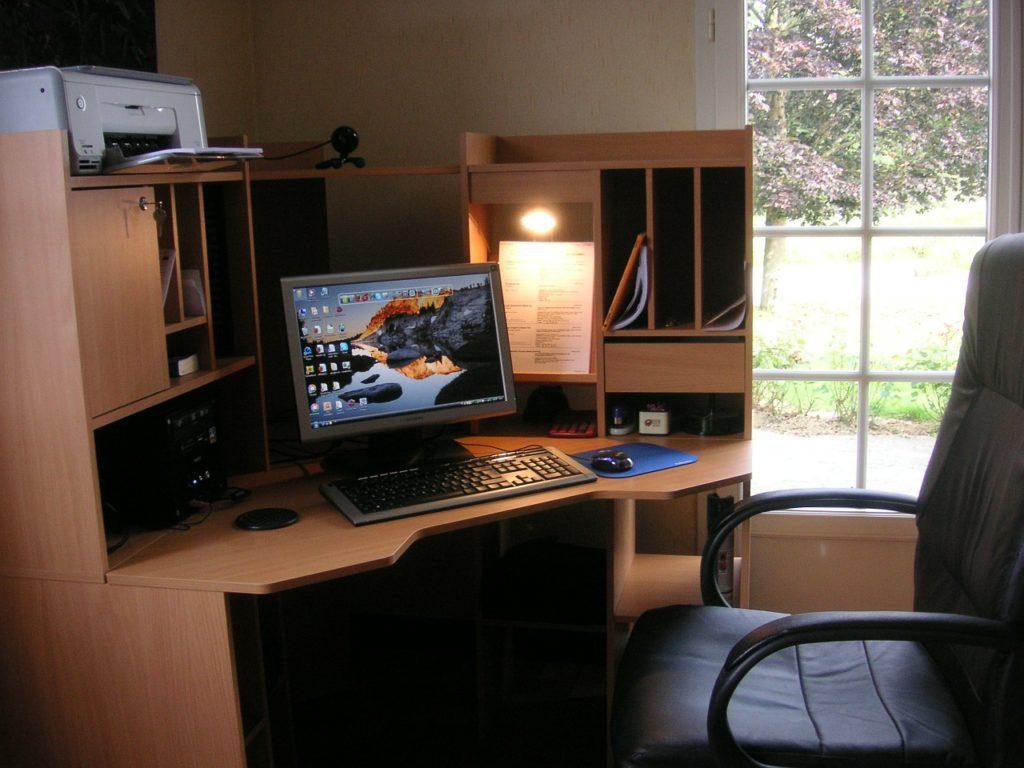 schicke Ecklösung für einen Schreibtisch