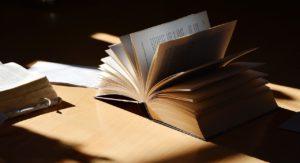 Geöffnetes Buch auf Tisch