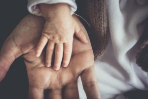 Vater hält Kinderhand