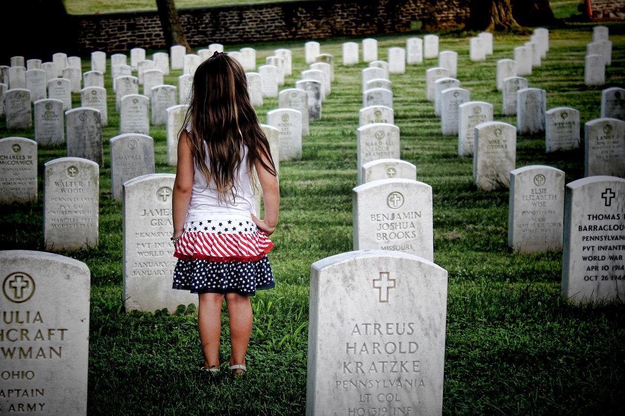 Kind von hinten auf einem Friedhof