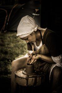 Einfache Frau im Mittelalter beim Töpfern
