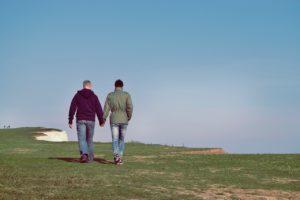 Zwei Männer spazieren