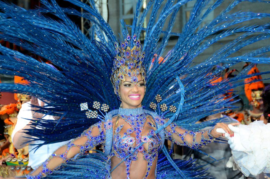 Samba-Tänzerin in blauem Federkostüm