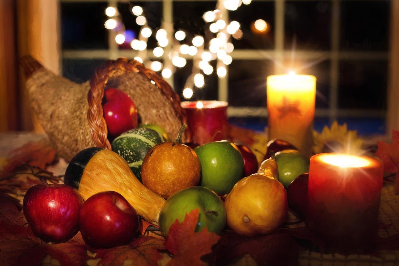Füllhorn für Mabon mit Obst, Kürbis und Kerzen