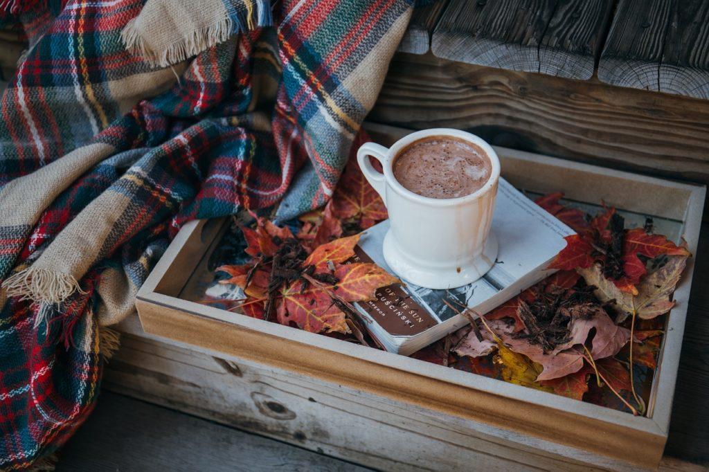 Heiße Schokolade auf einem Tablett mit Herbst-Deko