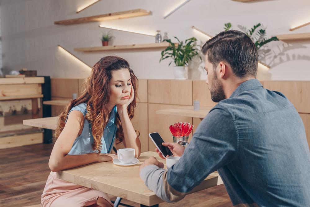 Mann und Frau gelangweilt beim ersten Date