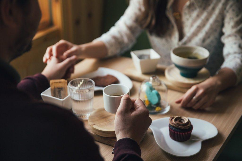 Mann und Frau beim Kaffeetrinken