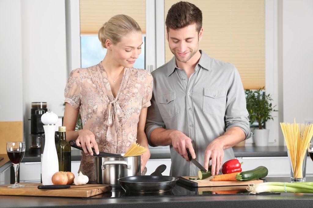 Mann und Frau kochen