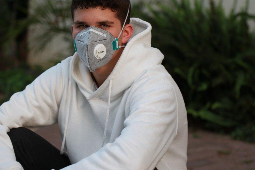 Junge mit Mund-Nase-Maske