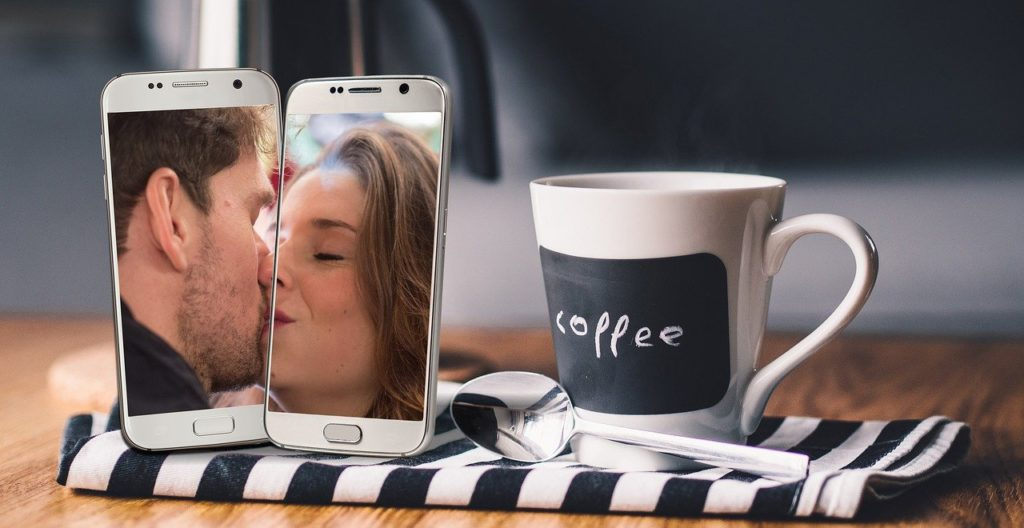 Corona: Zwei Personen küssen sich im Handy